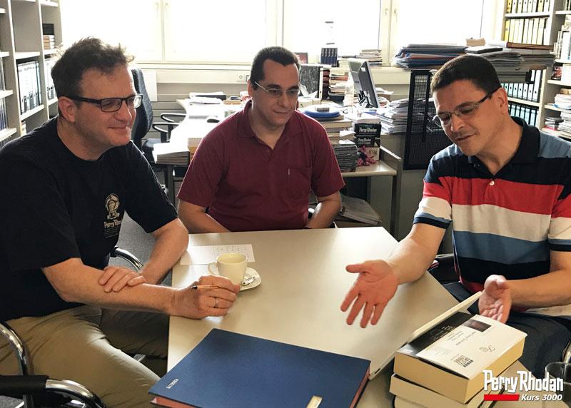 Klaus N. Frick (esquerda), César maciel (centro) e Rodrigo de Lélis (direita) conversam sobre a edição brasileira.